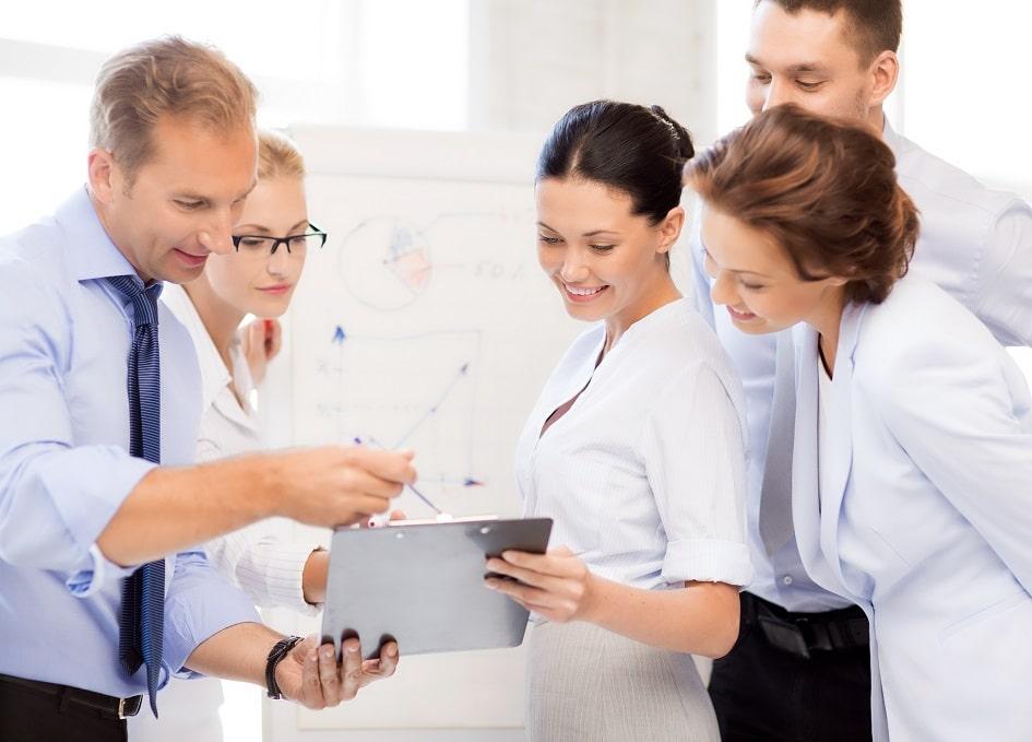 Team Besprechung mit Tablet